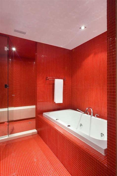 rote fliesen badezimmer einrichten mit farben rote farbe energie und