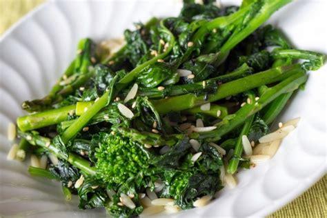 cucinare i broccoli verdi broccoletti e salsiccia in padella la ricetta