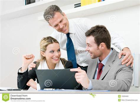 imagenes personas felices las personas felices del asunto celebran fotos de archivo