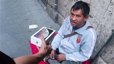regalare un iphone xs max ai senzatetto commovente