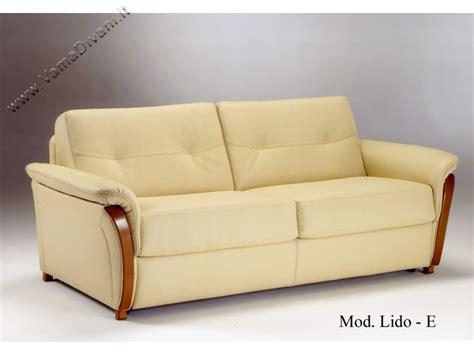 divano letto in pelle divano letto in pelle con legno nei braccioli