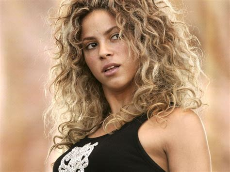 is shakiras hair naturally curly shakira hot pictures photo gallery wallpapers hot shakira
