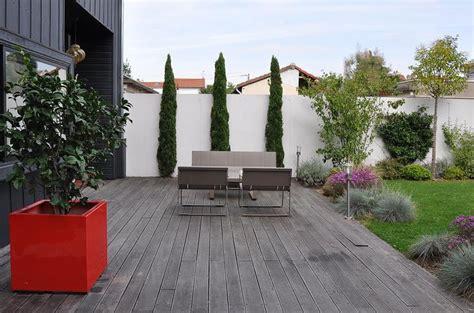 terrasse design terrasse en bois dans un jardin de ville avec 233 quipements