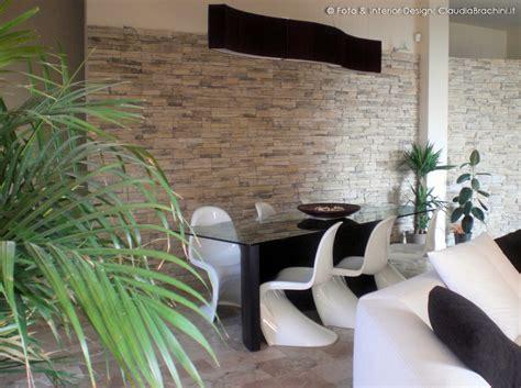 soggiorno con tavolo soggiorno con pareti e caminetto in geopietra
