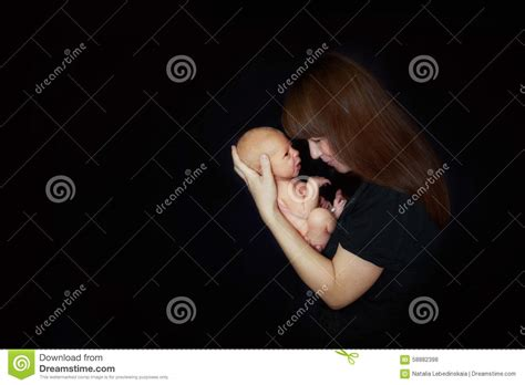 baby zu hause mutter mit neugeborenem baby zu hause stockfoto bild