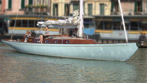 wooden boat james bond james bond arriva a londra in barca a vela