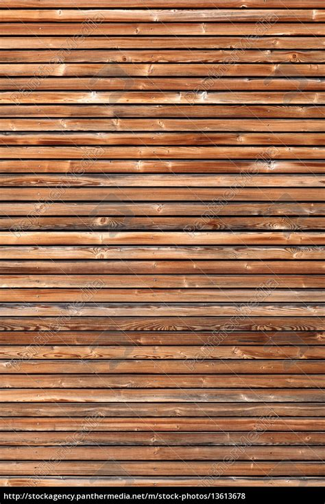 fassade horizontal holzfassade mit horizontaler lattung im hochformat stock