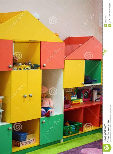 armario de ni os los juguetes de los ni 241 os en el armario foto de archivo