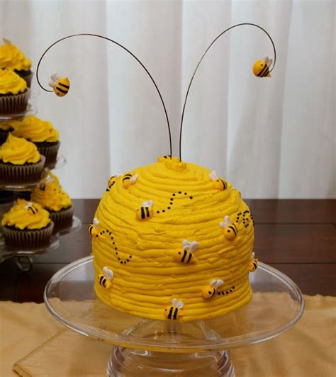 Bee Decorations For Cakes by Best 25 Bee Hive Cake Ideas On Bee Birthday Cake Bumble Bee Cake And Bee Cakes