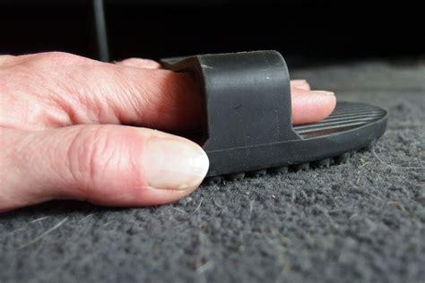 auf teppich entfernen tierhaare im teppich entfernen mit gummib 252 rste frag mutti