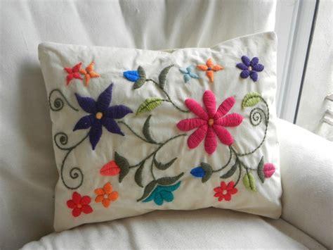 imagenes de flores bordadas a mano m 225 s de 25 ideas incre 237 bles sobre almohadas bordadas en
