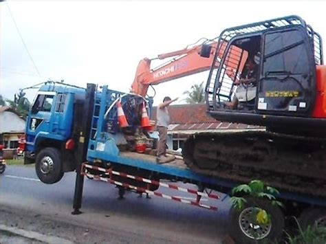 indonesia trailer loading a hitachi zaxis 210 excavator onto a trailer in