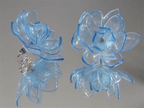 fiori di plastica riciclata riciclo creativo con le bottiglie di plastica foto