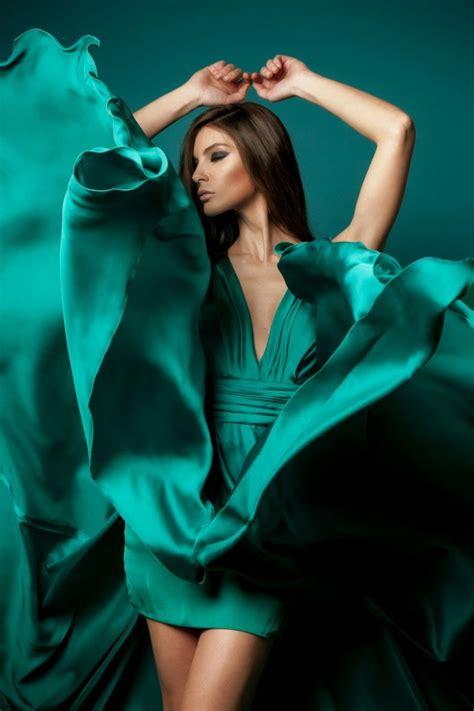 Dress Mocion pastreaza vara in garderoba ta alege rochii in nuante marine