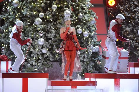 jennifer nettles hosts cma country christmas tv special