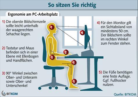 richtig sitzen am schreibtisch ergonomie am pc arbeitsplatz so sitzen pc nutzer richtig