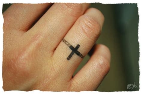 cross tattoo on wedding finger photo tatouage bague