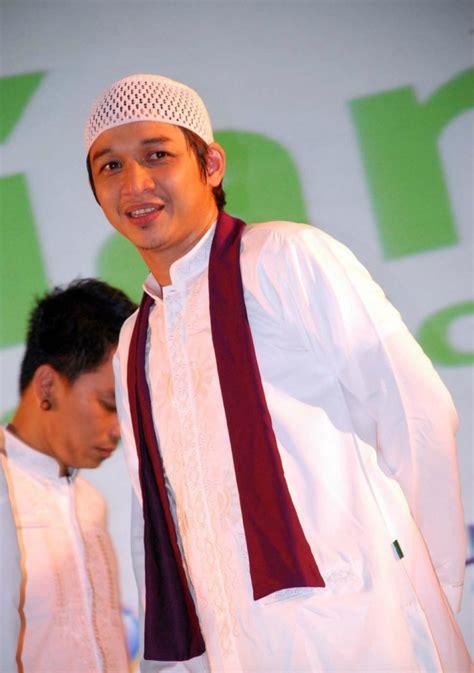 Baju Koko Ungu Band foto gaya elegan pasha ungu saat berbusana muslim co id