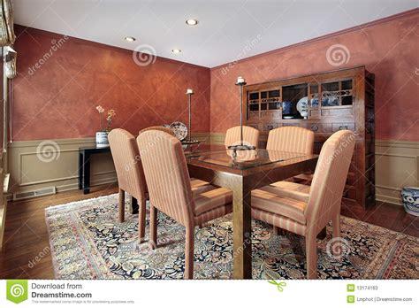 pareti sala da pranzo sala da pranzo con le pareti arancioni fotografie stock