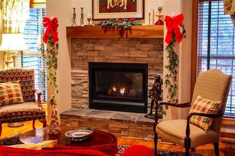 addobbi natalizi per il camino decorare il camino per le feste da natale alla befana