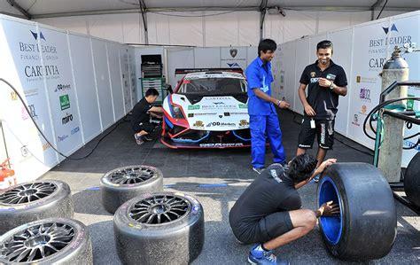 Kereta Keretaan Motif The Smurfs krew dari pasukan od racing memastikan jentera dalam keadaan terbaik perlumbaan kl city grand