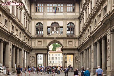 ingresso galleria uffizi corte interna dell edificio della galleria foto
