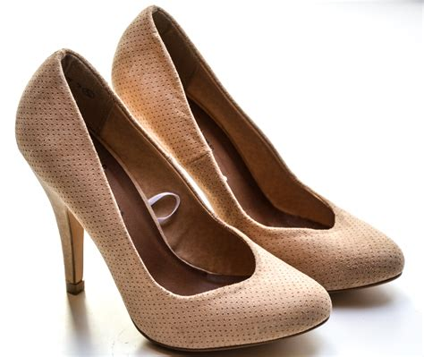 high heels images s beige high heels 183 free stock photo