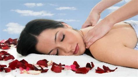 massaggi in casa come fare un massaggio rilassante in casa diredonna