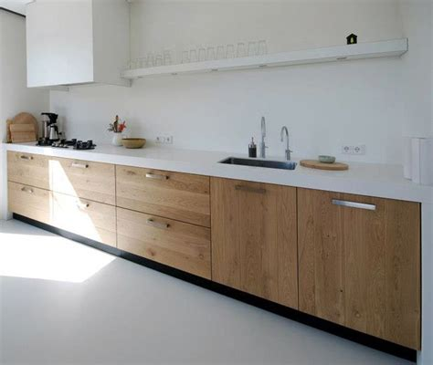 houten keuken met wit blad keukenvloer van portugese tegels tot beton