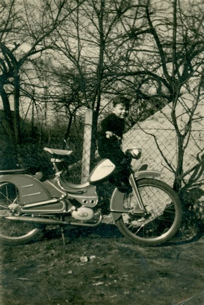 Motorrad Anmelden G Tersloh by Junge Mit Motorrad Junge Mit Motorrad Im Garten