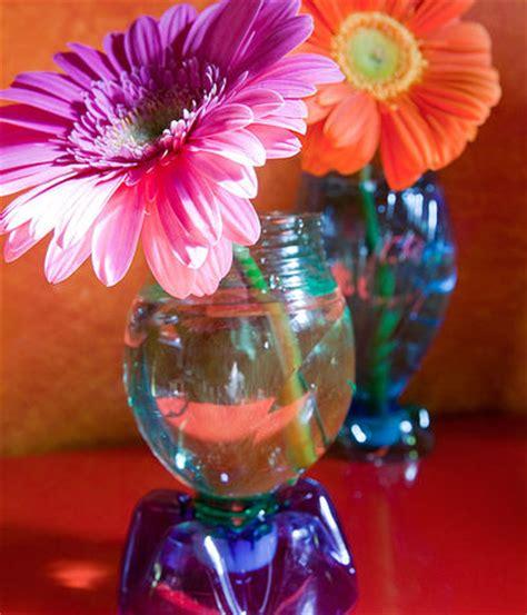 decorare vasi di plastica un vaso di fiori fai da te con una bottiglia di plastica