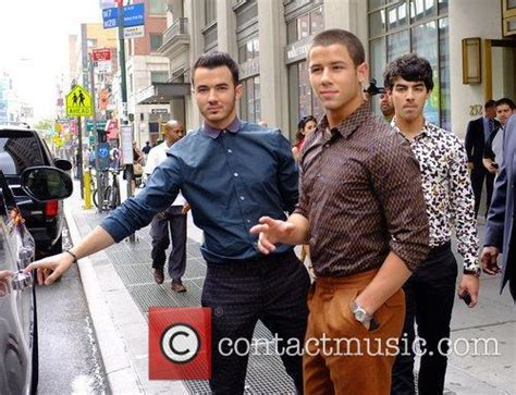 Nick Joe Jonas New York Apartment Kevin Jonas Leaving Their Apartment In New York City 3