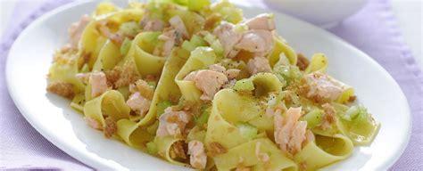 ricetta con sedano pappardelle al salmone con sedano e crumble sale pepe