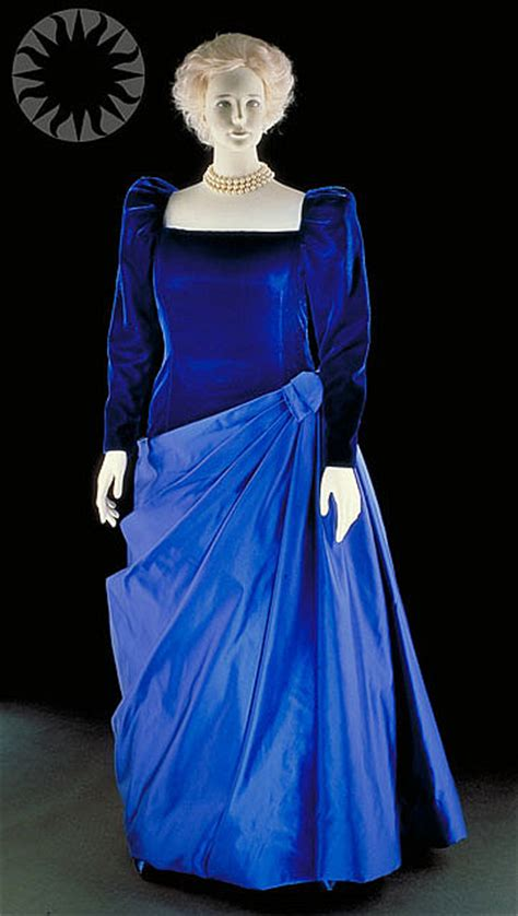 Dress Barbera gown exhibit at the national history museum