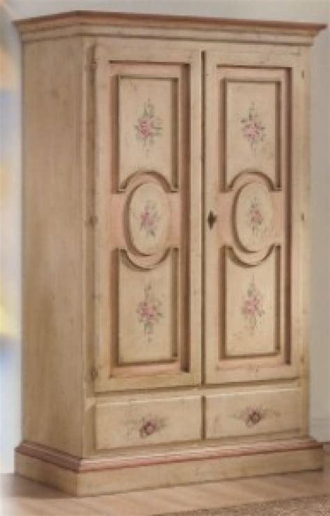 colori provenzali per mobili armadi provenzali materiali colori e decorazioni