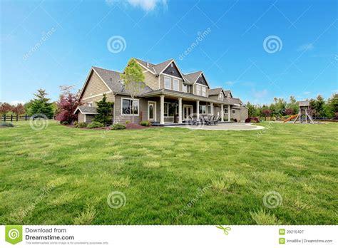 Country Style House With Wrap Around Porch casa de campo grande de la granja con paisaje del verde de