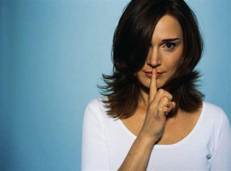 lenguaje corporal signos de cortejo y gestos de atracci n las 22 claves del lenguaje corporal en la entrevista