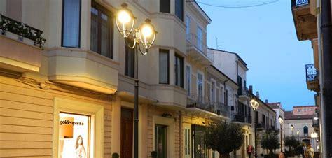 illuminazione arredo urbano illuminazione pubblica a led e arredo urbano elux