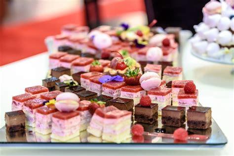 Kue Kaca Merah gambar buah berry hidangan makan warna pasar