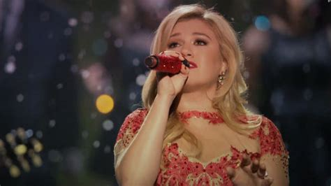 kelly clarkson gets festive in underneath the tree video