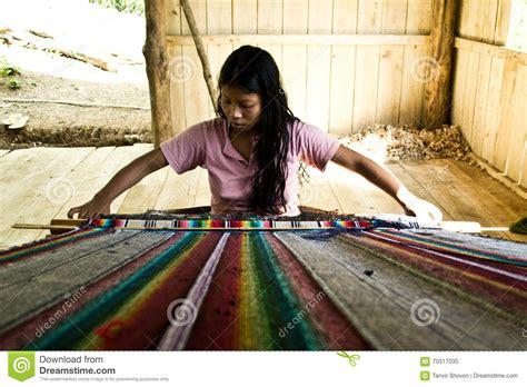 tejedor de afirmaciones una 1937985024 tejedor tribal de la mujer imagen editorial imagen 70517035