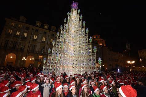albero illuminato torino illuminato l albero di natale in piazza