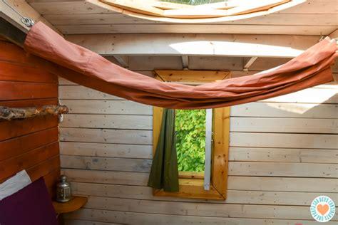 Canopee Lit by Dormir Dans Une Cabane Perch 233 E Dans Les Arbres 224 Canop 233 E