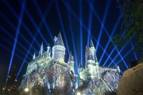 harry potter hollywood light show the night lights up hollywood s wizarding world endorexpress