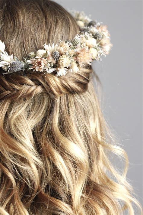Hochzeitsfrisur Blumenkranz by Fishtail Und Getrockneter Blumenkranz