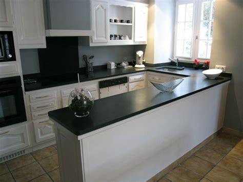 cuisine blanche et plan de travail noir cuisine blanche avec plan de travail noir 73 id 233 es de