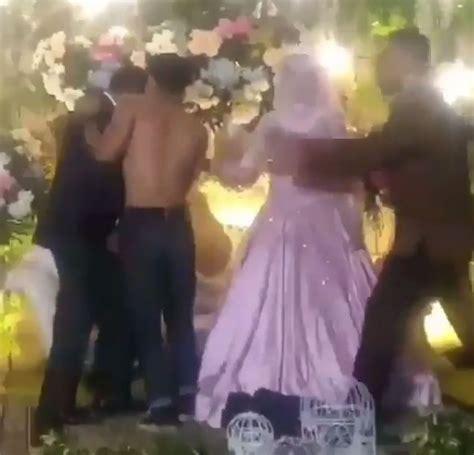 Viral Buka Baju heboh aksi pria buka baju saat salami pengantin pria di pelaminan viral di media sosial