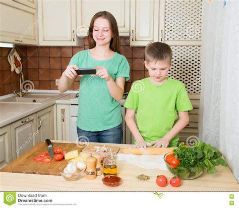 kochen zu hause kinder die zu hause selbst gemachte k 252 che der pizza