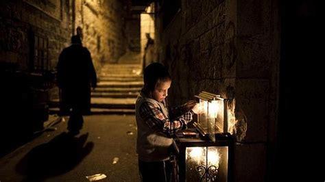 candelabros judios un ni 241 o jud 237 o enciende las velas candelabro de nueve