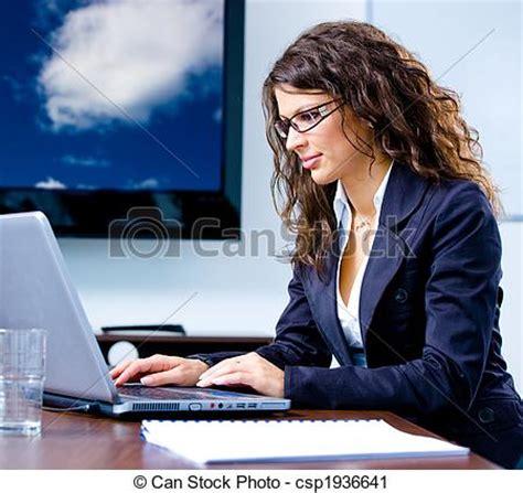 imagenes mujeres trabajando stock de fotograf 237 a de mujer de negocios computadora